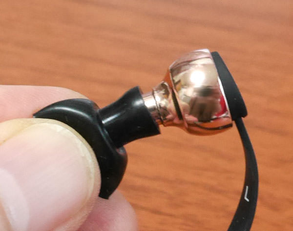 イアーチップの穴をイヤホンに押し込んで取り付ける