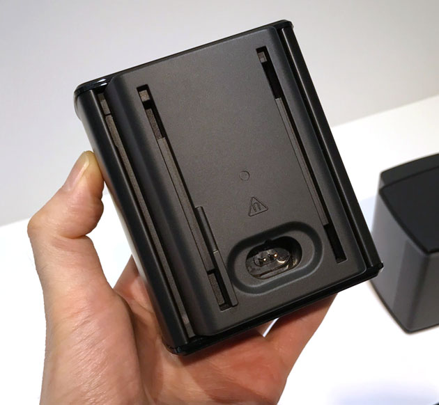 Virtually Invisible 300 rear surround speakersは電源コードをつなぐ必要がある