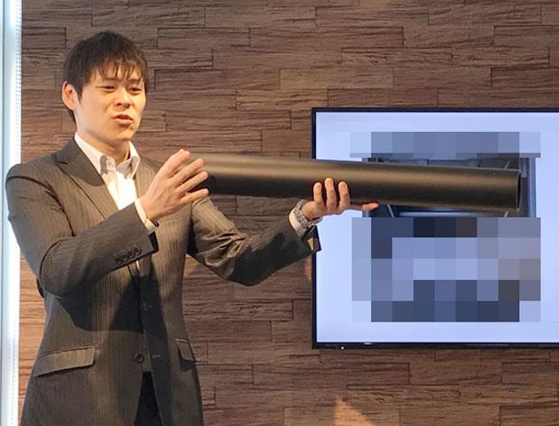 ウーハースピーカーの低音システムを説明するスタッフ