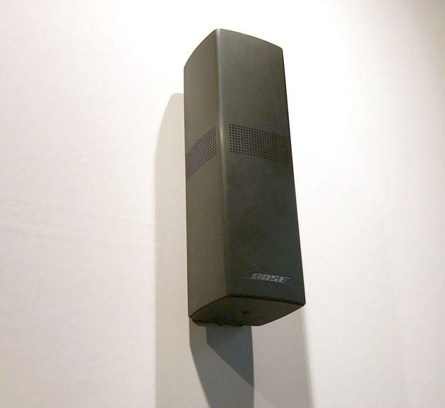 壁に設置したOmniJewel スピーカー