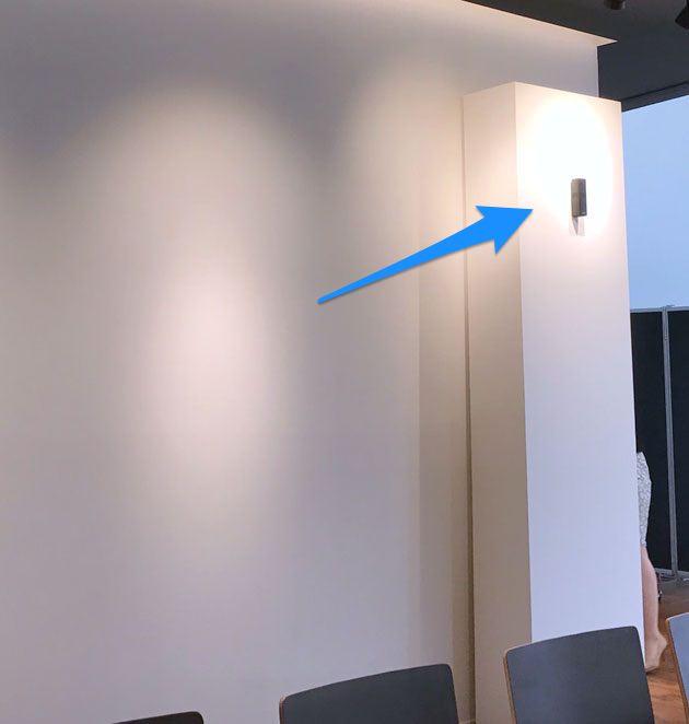 後ろの壁に設置されたOmniJewel スピーカー