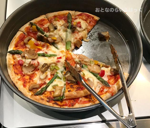 ピザはカリカリに焼けていて美味しい