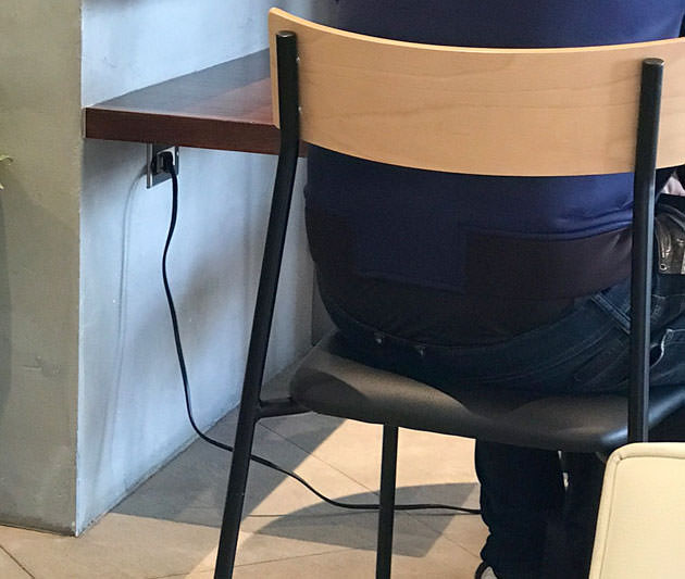 テーブル席の場合、テーブルの下などに電源がある
