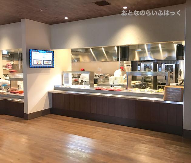 ナイト・テーブル・レストラン 店内画像 食事が並ぶカウンター