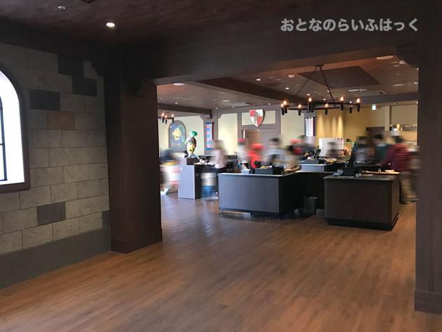 ナイト・テーブル・レストランは2階にある 階段を上がって店に入った様子
