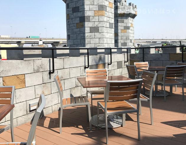テラス席は壁が高いので椅子に座ると景色が見えない