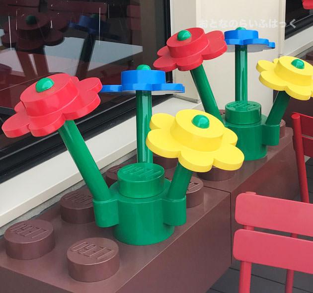 テラス席にはレゴブロックの花と花壇