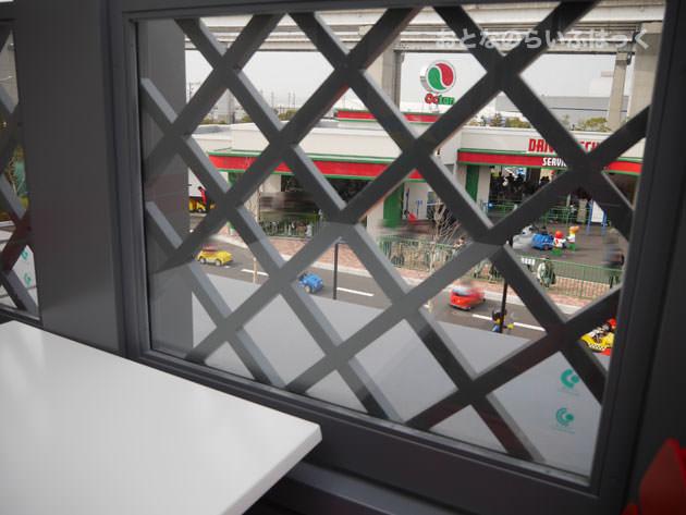 ドライビングスクール側のテラスは、なんとか座ったまま外の様子が見える