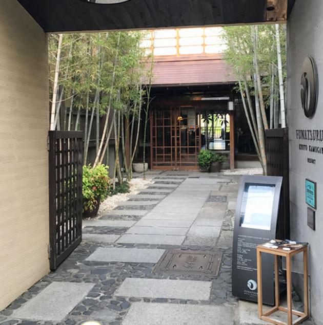 入り口から建物まで石畳が続く