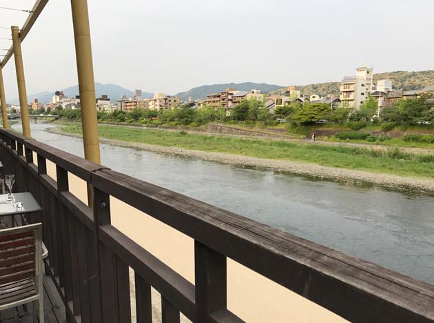川床席から見た鴨川の様子