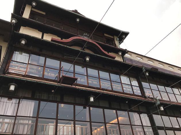 鴨川席から見たLE UN(ルアン)の建物