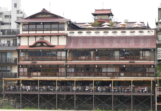 鴨川の反対側から見た建物全体の画像