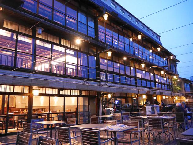 FUNATSURU KYOTO KAMOGAWA RESORT ライトアップされた店内の川床席