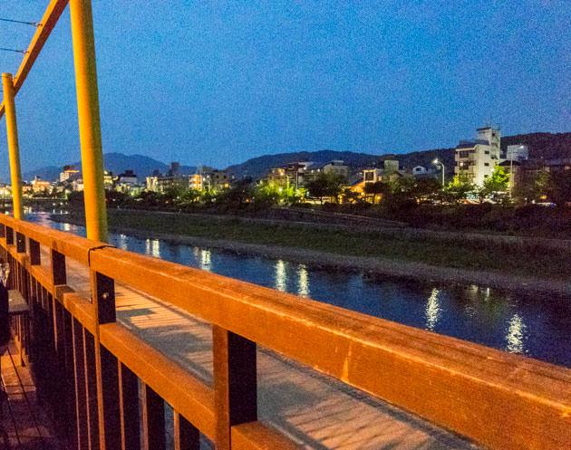 ライトアップされた時間に見た鴨川の様子