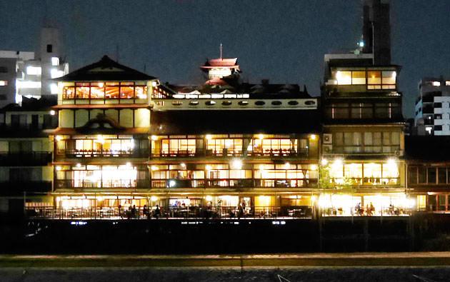 ライトアップされた建物全体の様子