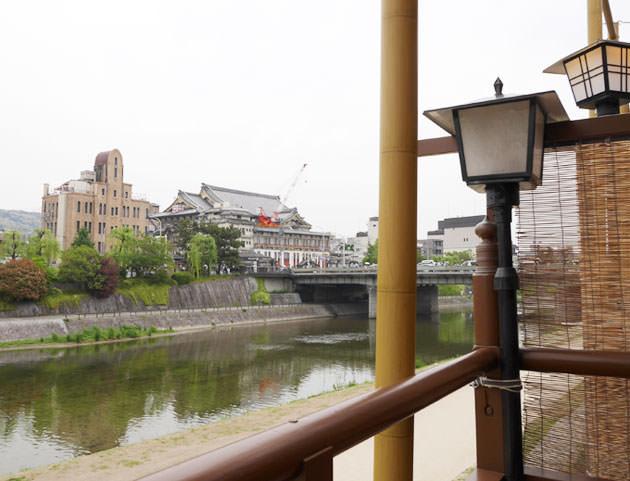 大當両の川床席からは京都南座が見える