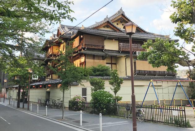 京都 鴨川沿いにある鶴清 歴史ある建物外観