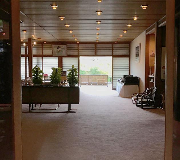 玄関から見える川床席