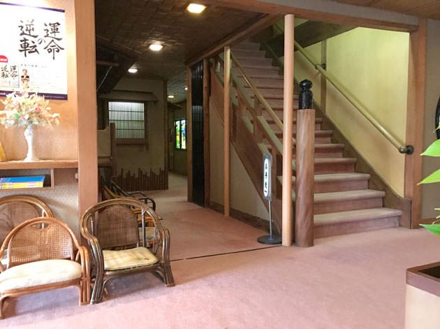 歴史ある建物なので階段も古風