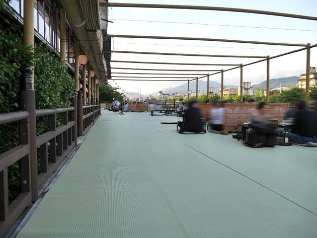 鶴清の川床席 とても広い