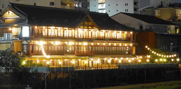 鶴清 夜の建物外観