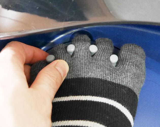 慣れないうちは手で足指を押し込む必要がある