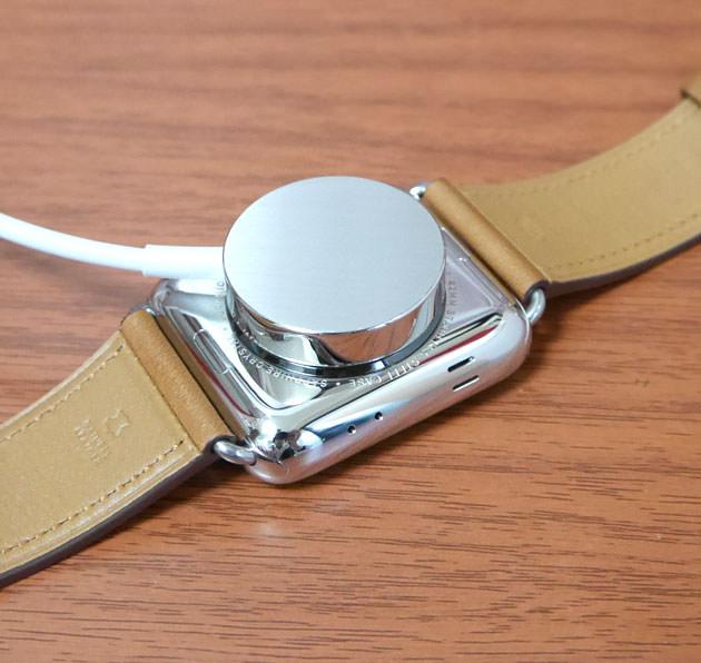 Apple Watchの背面に付けて充電する