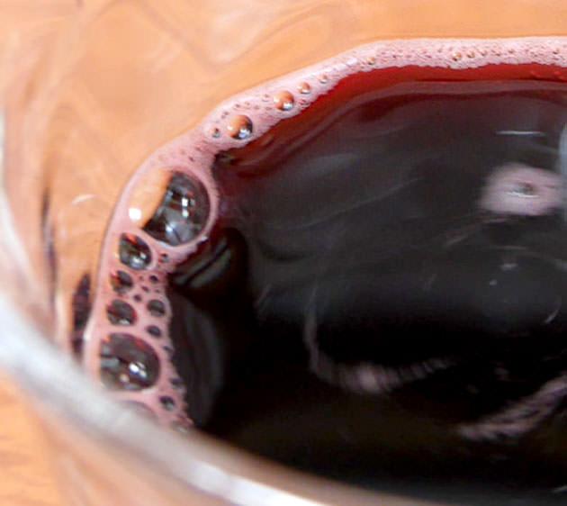 グラスに注いでみた 微炭酸なので泡が出る
