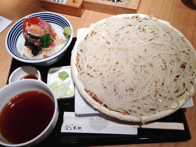 稲庭うどんと「つじ半 」の海鮮丼セット