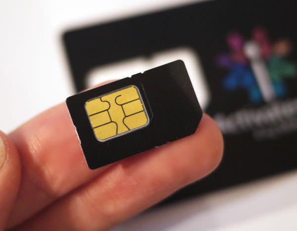 King MobileのカードからSIMに挿入する部分の大枠を切り取る