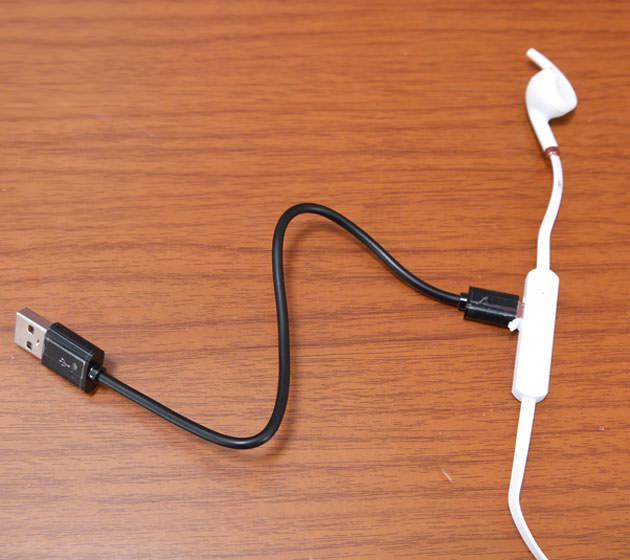 充電用USBケーブルを接続した様子