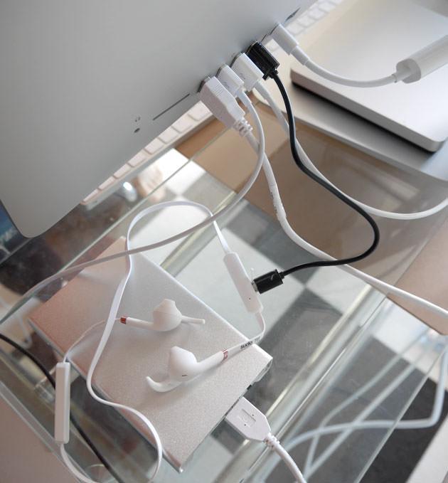 iMacの背面にあるUSB端子に接続して充電している様子
