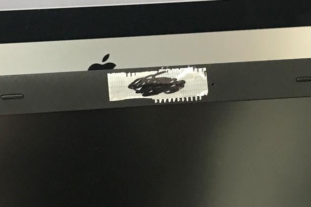 ノートPCのカメラにテープを貼った様子