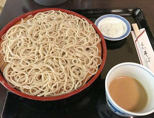 神田ランチ:蕎麦の老舗 神田まつやで手打ちそばを楽しむ