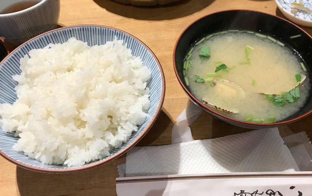 ご飯と味噌汁が届く。味噌汁の具は浅蜊