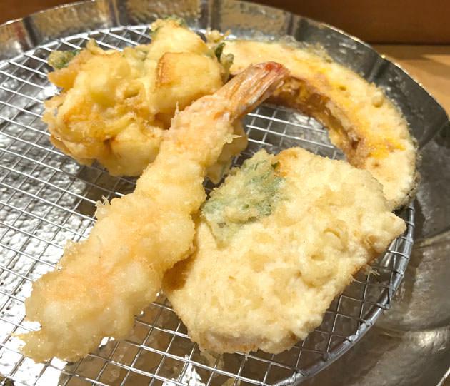 2皿目の天ぷら 海老、鶏肉(かしわ)、イカのかき揚げ、カボチャ