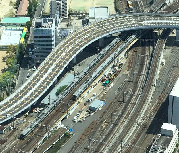 東側:足下には電車も走っている