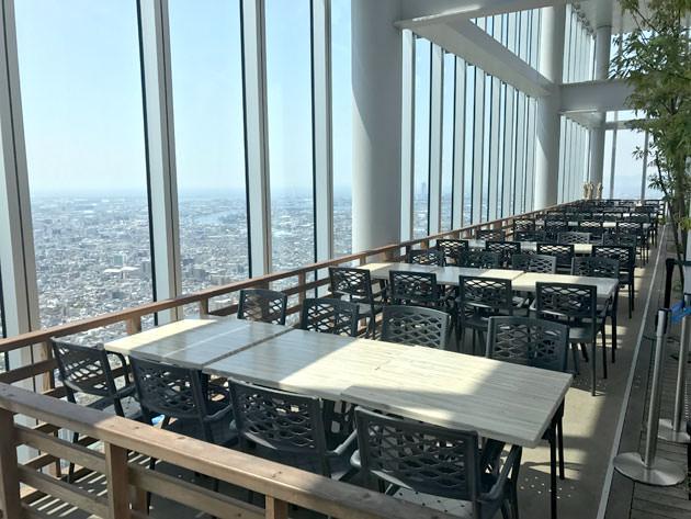 天空庭園にはカフェの席があり、景色を見ながらくつろげる