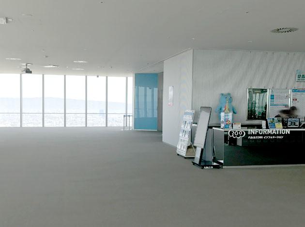 60階のエレベーターホールの脇に案内カウンターがある