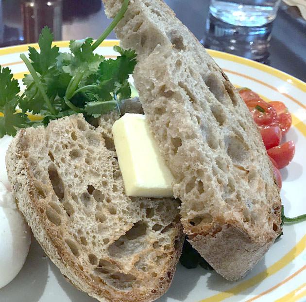 トーストに付いたバターはフワフワの食感