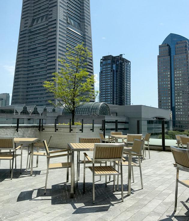 窓からは横浜ランドマークタワーが見える テラス席もあるらしい