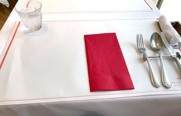 赤と白のテーブルセットがオシャレで綺麗