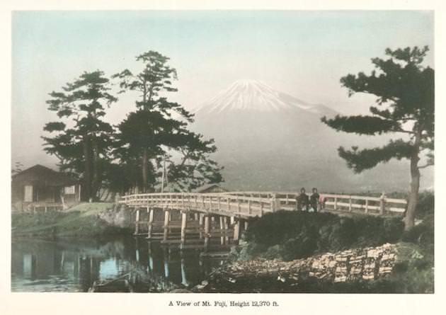 浮世絵のような富士山を望む写真