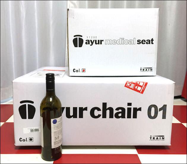 アーユル・チェアーのダンボールをワインボトルと比較した画像