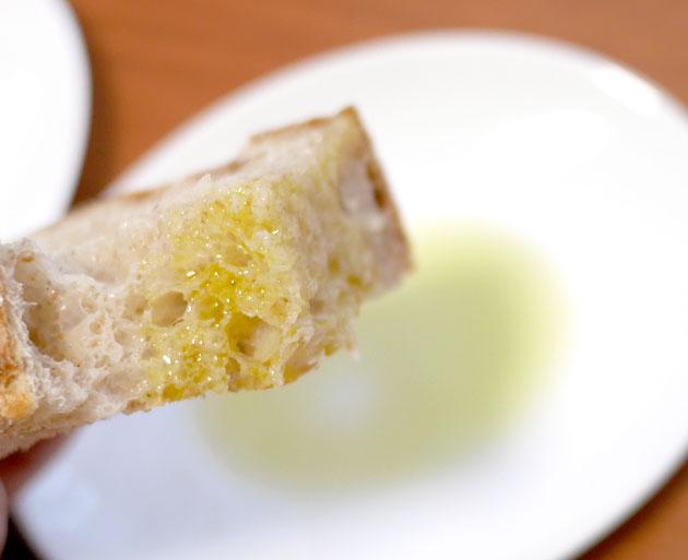オリーブオイルをパンに付けた画像2