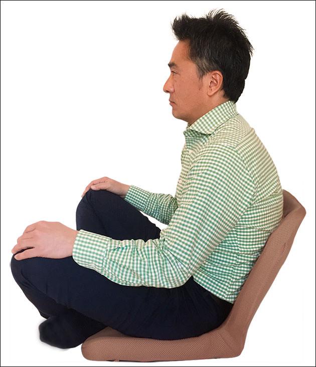 普通の座椅子に座った悪い座り方