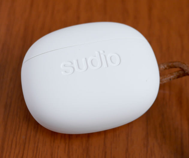 イヤホン本体が入っている『Sudio TOLV』充電器