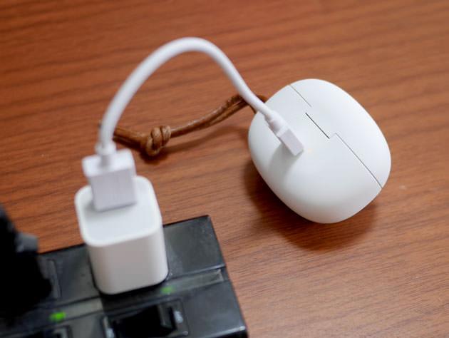 USBケーブルで充電している様子