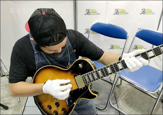 ギターを査定している様子