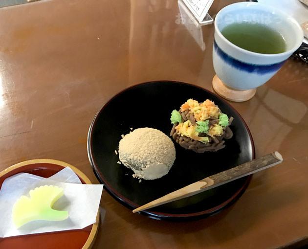 店内で和菓子を食べるとお茶とお茶菓子が付く